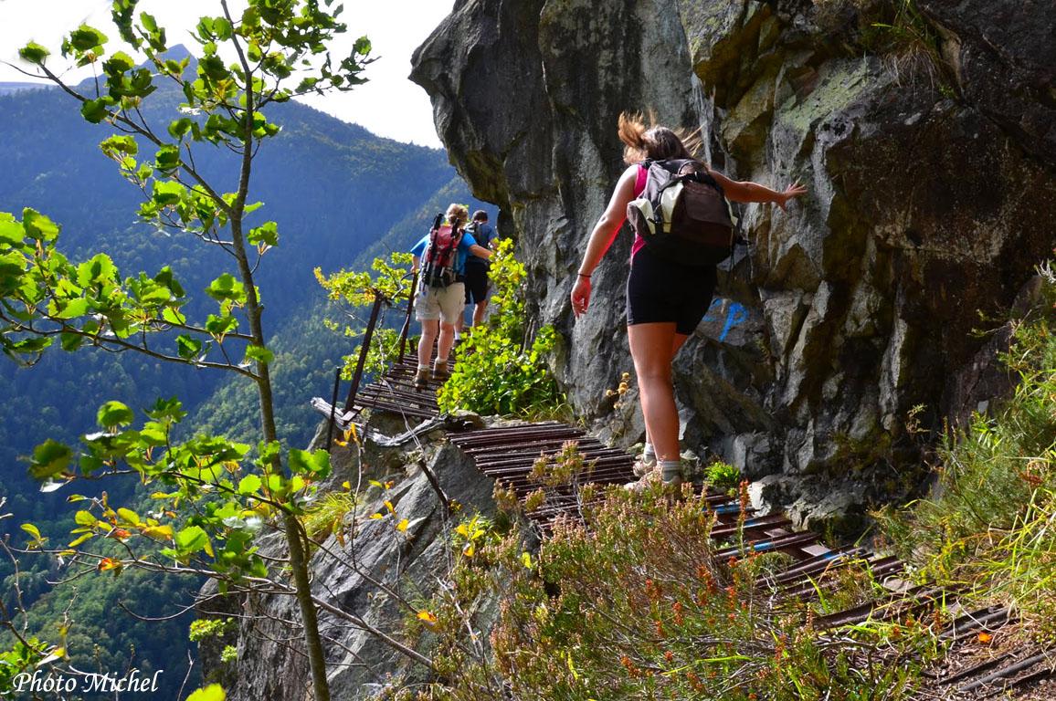 Randonnée à la grotte des Eaux Chaudes par le sentier des fenêtres depuis le pont du Goua